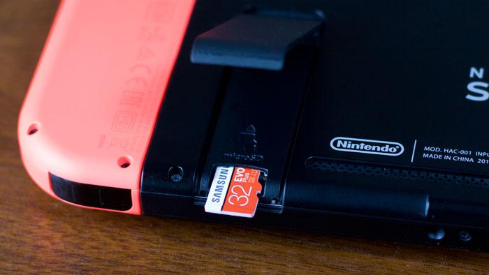 microSDカードは表向きでスライドイン