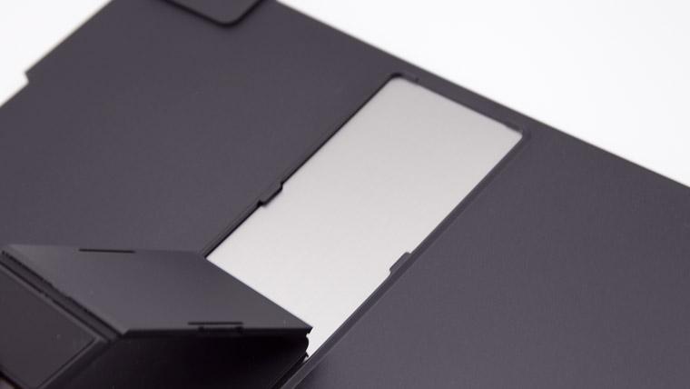 保護カバーの裏側のメタルプレート