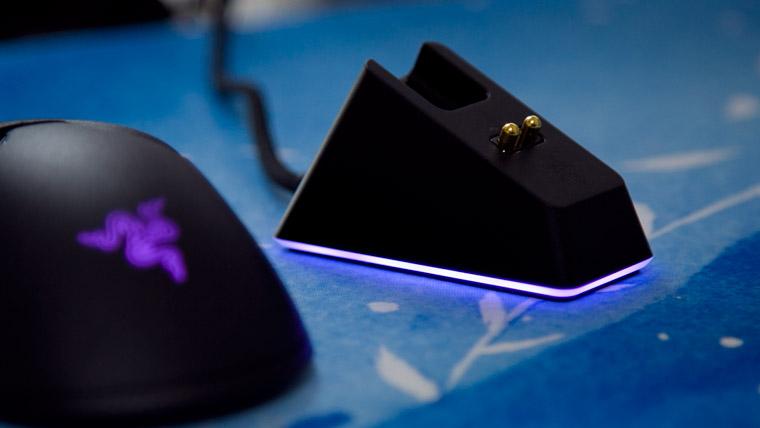 Razer Viper Ultimate - 充電台も光る