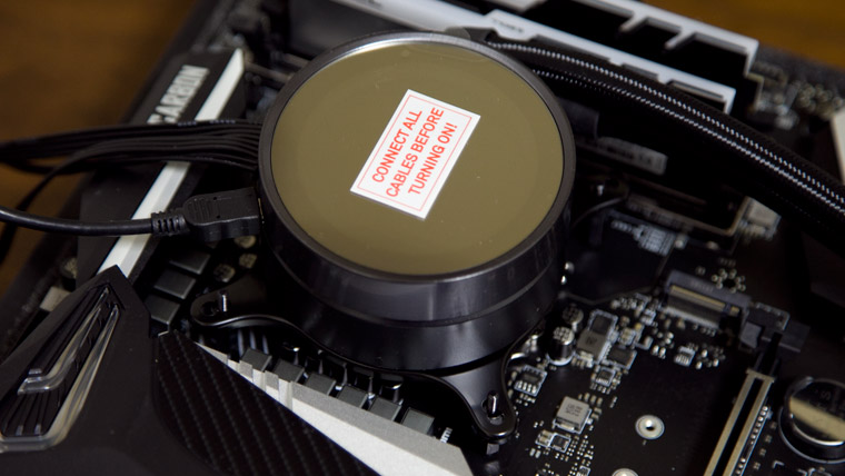 CPUクーラーをマザーボードにとりつける